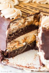 Copycat Cheesecake Factory Reese's Peanut Butter Chocolate Cake Cheesecake Moist layers of chocolate cake, Reese's cheesecake, caramel and peanut butter buttercream are made into a rich delicious cake. Mini Desserts, Just Desserts, Delicious Desserts, Dessert Recipes, Dinner Recipes, Peanut Butter Cheesecake, Cheesecake Cake, Reeses Peanut Butter, Cupcakes