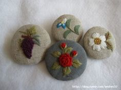 자수 브로치들 : 네이버 블로그 Embroidery Patterns, Coin Purse, Ornaments, Fabrics, Needlepoint, Dots, Accessories, Flowers, Buttons