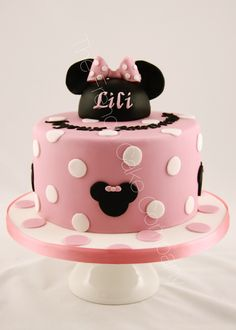 Gâteau d'anniversaire décoré sur le thème Minnie en rose Cake Design Belgique