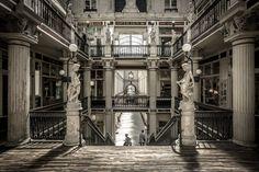 Le passage Pommeraye est une galerie marchande du centre-ville de Nantes. Construit de 1841 à 1843, il est classé monument historique depuis le 26 décembre 1976