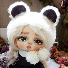 Крошка - панда. Рост 15-17см) Голова поворачивается Шапочка меховая с подкладом, платье хлопок, блузка батист. Ботинки натур кожа Волосы натур козочка. . Дом нашли. . #текстильнаякукла #крошкапанда #кукларучнойработы Doll Toys, Baby Dolls, Cute Teddy Bears, Sewing Dolls, Soft Dolls, Diy Doll, Doll Face, Kids Toys, Doll Clothes