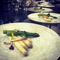 Nos clients ont une folle envie de fraîcheur de printemps et d'asperges ce soir !  #legrandefour #byguymartin #asperge #asperagus #food #foodpic #foodpics #cuisine #homemade #foodstagram #theartofplating #restaurant #paris by chefguymartin