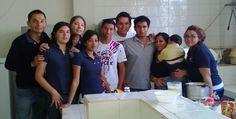 Voluntarios ayudando a los niños del orfanato en Michoacán