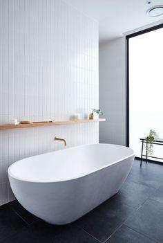 salle de bain design moderne baignoire étagère bois