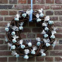 zakjes muisjes Wedding Shower Decorations, Wedding Wreaths, Wreaths For Front Door, Door Wreaths, Outside Bridal Showers, Christmas Door, Christmas Wreaths, French Wedding Decor, Berry Wreath