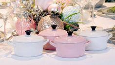 Een leuke extra op tafel zijn de mini cocotte-potjes van Le Creuset. In feestelijke kleuren te verkrijgen en zelf te vullen met lekkers naar hartenlust.