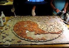 how to make stone/mosaic art Mosaic Stepping Stones, Pebble Mosaic, Stone Mosaic, Mosaic Art, Mosaic Glass, Mosaic Tiles, Glass Art, Stained Glass, Art Tiles