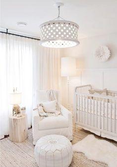 Quarto de bebê branco: elegância atemporal  Na matéria de hoje vamos falar sobre o quarto de bebê branco, uma composição clássica e atemporal. Além de conferir sensação de tranquilidade e bem estar, o branco traz amplitude: o espaço parecerá maior e mais iluminado. Como a tonalidade é neutra, pode ser considerada unissex, sendo uma ótima opção para as mamães que irão decorar o quarto do bebê sem saber o sexo ou para quem busca uma composição sem distinção de gênero.