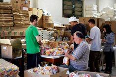 Colaboradores do IPCC trabalham em um verdadeiro mutirão montando kit-guloseimas que serão distribuídas no Dia das Crianças.   Foto: Karla Dudas/IPCC