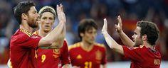 Xabi Alonso es felicitado por su compañero Juan Mata tras marcar el segundo gol de España.