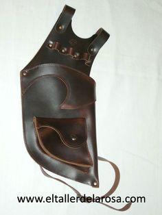 Carcaj tradicional de cinturón realizado de forma artesana en piel de vacuno de muy alta calidad y con bolsillo en la parte de abajo. http://www.eltallerdelarosa.com/portaflechas/153-carcaj-de-cinturon-4500-1.html