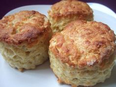 Ingredients: plain flour Pinch salt unsalted butter (at room temperature and cut into cubes) baking powder mature cheddar cheese (grated) + extra for the top milk 1 beaten egg for glazing the top of the scone ½ tbsp. Flour Recipes, My Recipes, Cooking Recipes, Favorite Recipes, Cheese Scones, Savory Scones, Cheddar Cheese, Yummy Treats, Yummy Food