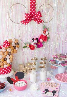 Três arames e um laço de fita vermelha e você já tem uma Minnie para decorar a festa Minnie Mouse Birthday Theme, Minnie Mouse Party Decorations, Fiesta Decorations, Mouse Parties, Birthday Party Decorations, Diy Birthday, 2nd Birthday Parties, Bday Girl, Unicorn Party