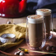 Baileys irish cream with coffee - a warming hot toddy perfect for cold winter nights or festive gatherings. Especially great at Christmas with nutmeg on top Baileys Drinks, Baileys Recipes, Baileys Irish Cream Coffee, Irish Coffee, Caramel Coffee Recipe, Christmas Coffee, Christmas Drinks, Morning Drinks, Drink