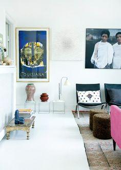 Plakaten fra Louisiana, det hvide kunstværk er af den islandske kunstner, Sigridur Sigurjonsdottir, og fotokunsten er af Anne Schaldemose til fordel for Maternity Worldwide, købt på Lauritz.com. Bordlampen er fra Bestlite.