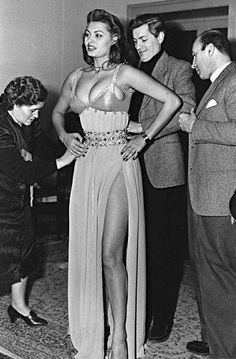 Sophia Loren a Movie Icon early in her career getting a costume fitting. She wore a D Cup when slender Women where not that Busty. Sophia is a Goddess Old Hollywood Glamour, Golden Age Of Hollywood, Vintage Hollywood, Classic Actresses, Beautiful Actresses, Sophia Loren Images, Sophia Loren Style, Divas, Lady