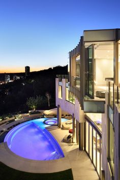 Modern pad in Los Angeles offering majestic skyline views by Landry Design Group Luxury Swimming Pools, Luxury Pools, Hollywood Hills, West Hollywood, Zen, Terrazzo, Residential Architecture, Modern Architecture, Beautiful Architecture