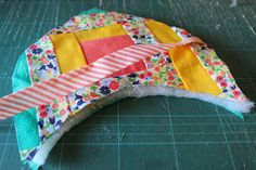 Through the window: Tutorial pantuflas patchwork / Patchwork Slippers Tutorial. Colchas Quilt, Quilts, Through The Window, How To Make Shoes, Embroidery Stitches, Baby Car Seats, Projects To Try, Slippers, Crafty