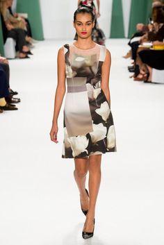 Carolina Herrera gown New York Fashion Week SS'15.  Hablo en mi blog del significado de la descomposición digital de la flor en House of Herrera. https://thethunnder.wordpress.com/2015/04/10/digitalizar-la-flora-de-haraway-a-carolina-herrera/ rtw pret-a-porter moda estampados pattern cat walk donna haraway feminidad vestido cocktail