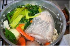 TÊTE DE VEAU RAVIGOTE (Pour 4 P : 1 kg de tête roulée, 2 carottes, 1 oignon/2 clous de girofle, 2 gousses d'ail, bouquet (poireaux, laurier, thym, céleri), 1/2 jus de citron, 20 cl de vin blanc, 1 c à s de farine) (SAUCE RAVIGOTE : 2 oeufs, 1 c à s de moutarde, 1 échalote, 12 c à s d'huile, 5 c à s vinaigre, sel/poivre, 1 c à s de câpres, 50 g de cornichons, 1 c à s de ciboulette/estragon/persil) CUIRE LA TETE 2 h dans le bouillon (départ eau froide) Laisser au frais 1 nuit hors du bouillon.