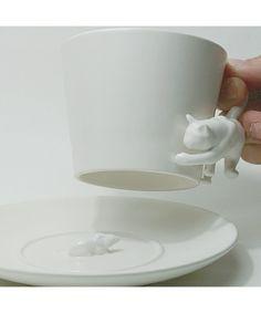 Под чашечкой скрывается мышь, это  весело, как идеи Тома и Джерри.