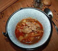 Maďarská rybacia polievka - halászlé z kapra v kotlíku. Postup prípravy: Na oleji popražíme nadrobno nakrájanú cibuľu. Posypeme mletou červ… Thai Red Curry, Ethnic Recipes, Food, Meal, Essen, Hoods, Meals, Eten