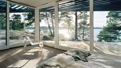 Helle Töne, klare Linien, viel Holz und der Paimio-Sessel von Alvar Aalto: So lebt es sich in einer Villa an der schwedischen Küste.