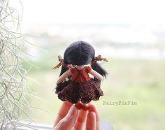 Altura de la muñeca de 5,5 cm. (sit) 8 cm. (soporte) Muñeca hecha de hilo de ganchillo de algodón 100%. Rellena el interior con fibra de poliester. Pelo de la muñeca hecha de pelo de nylon. ---------------------- Pago Acepto PayPal, VISA. (Más información de PayPal no miembro www.etsy.com/blog/en/2007/how-to-pay-with-a-credit-card-and-create-a-paypal-account) ---------------------- Ver más artículo http://www.etsy.com/shop/FairyFinFin?ref=si_shop -...