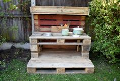As summer draws to a close and autumn starts to creep in, I have the perfect make for you. How to make a mud kitchen out of pallets. Outdoor Play Kitchen, Diy Mud Kitchen, Mud Kitchen For Kids, Pallet Mud Kitchen Ideas, Natural Playground, Backyard Playground, Backyard For Kids, Backyard Patio, Cardboard Box Crafts