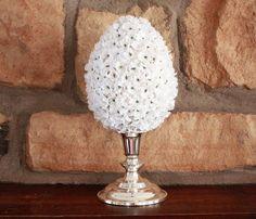 mit weißen Blümchen beklebte Styropor Eier