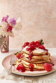 Strawberry Cheesecake Flapjacks Brunch Recipes, Breakfast Recipes, Dessert Recipes, Breakfast Ideas, Romantic Breakfast, Brunch Foods, Breakfast Dishes, Dessert Ideas, Strawberry Sauce