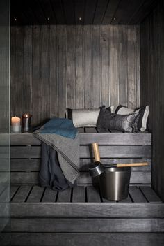Kulahtanut sauna sai remontissa dramaattisen ja ajankohtaisen tumman ilmeen.