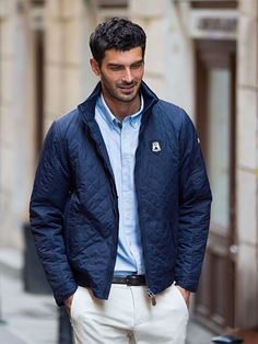 This casual yet elegant men's outdoor jacket is part of the Volkswagen Classic collection. It's branded with the historic trademark on the chest and embroidered with the Volkswagen lettering on the left sleeve. Gentlemen with a classic sense of fashion will surely love this stylish jacket which was created in cooperation with ARQUEONAUTAS. (Shipping within Germany, international purchase via Volkswagen dealership.)