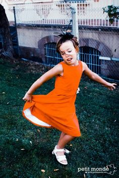 Little girl dancing www.petitmonde.es