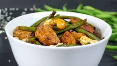 Asian chicken pan with green beans and cashews (low-carb) - Fast, delicious and simple low carb dish with chicken, beans and cashews – and spicy sesame sauce - Law Carb, Keto Broccoli Cheese Soup, Clean Eating, Healthy Eating, Easy Freezer Meals, Low Carb Keto, Food Porn, Food And Drink, Healthy Recipes