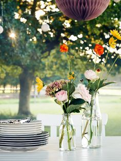 Garden party inspiration! ENSIDIG vases from IKEA in different sizes with wild flowers nicely complement the dining table decor.