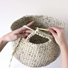 crochet basket pattern/tutorial. Darling Be Brave crochet basket tutorial (use jute + cotton instead) ☂ᙓᖇᗴᔕᗩ ᖇᙓᔕ☂ᙓᘐᘎᓮ http://www.pinterest.com/teretegui
