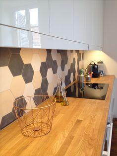 Jeu de carreaux de ciment hexagonaux unis pour une crédence douce et joyeuse ! www.bahya-deco.com