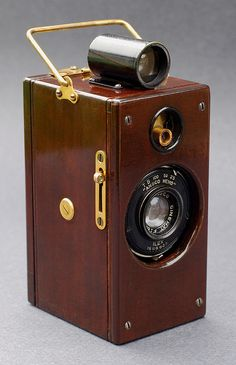 "Since Ansco (and Agfa-Ansco) would use the Memo name on later cameras with different designs, this vertically-styled version has come to be identified as the ""1927 type"", of which there are three basic versions: The first version of the Memo is shown here, its wooden body stained and varnished, with brass fittings. This wood & brass version was only produced for a couple of months, around December 1926 - January 1927."