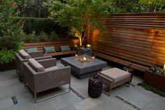 Betonplatten Kieselsteine Feuerstelle offen Heckenpflanzen
