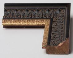 Cornice in legno in stile arte povera con ricami floreali in rilievo.