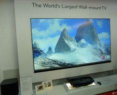 Lo que ves en la imagen no es un televisor LED de gran diagonal colgado de una pared, sino una pantalla sobre la que está proyectando imágenes el LG Hecto, primer proyector 1080p de tecnología láser pensado para distancias cortas.