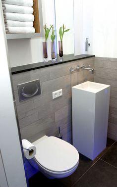 Ideeën voor mijn kleine badkamer | Hangtoilet met staande wastafel. Door Joke