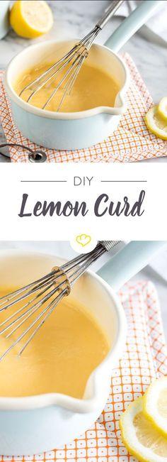 Wir lieben Lemon Curd! Zitronig, fruchtig und süß – so muss sie sein, die fruchtige Zitronencreme. Dickflüssig und in sonnigem gelb, eine perfekte Füllung für saftige Kuchen oder als süßer Aufstrich für frischen Hefezopf und Co.