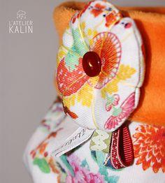 Snood bien chaud et tout doux pour affronter l'hiver, un beau tissu aux influences japonaise et en tissu intérieur un minky très doux, le tout agrémenté d'une belle fleur en rappel du tissu. Tissu : extérieur tissu coton milleraie extensible intérieur tissu minky