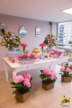 The bouquets of flowers make this sweet table so much sweeter!