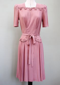 Early dress in pink rayon crepe Vintage Outfits, Vintage Wardrobe, Vintage Dresses, Vintage Clothing, Moda Vintage, Vintage Mode, Vintage Pink, Vintage Style, 1940s Fashion Women