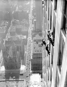 "'Window Washers', ""Workers clean the panes of glass that cover the RCA Building in Rockefeller Center, - New York Times photo archives Old Pictures, Old Photos, Vintage Photos, Lunch Atop A Skyscraper, Photo New York, Building Windows, Vintage New York, Vintage Kiss, Construction Worker"