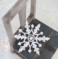 Varmista valkea joulu ja ripusta virkattu lumihiutale tai useampi vaikkapa ikkunaan, ovenpieleen tai joulukuuseen. Katso helppo ohje ja tee itse!