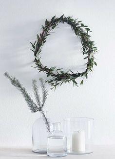 いびつな形が、よりナチュラルさを演出しているリース。フラワーベースにもグリーンを添えて、大人のクリスマスに。
